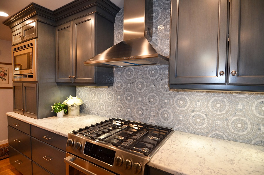 A light shade of grey-blue complements the dark grey cabinets wonderfully.