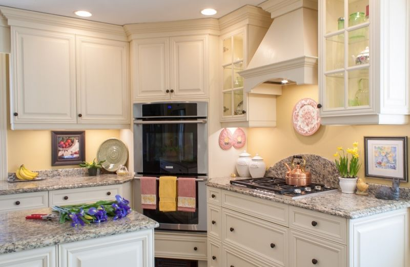 When paired with a soft cream coloured yellow, white kitchens can evoke a lovely even cozy cottage feel.